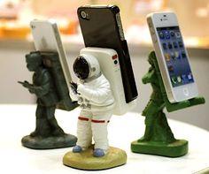 astronaut smartphone stand  スマホを背負った宇宙飛行士