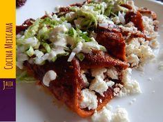 Enchiladas Rojas. Enchiladas Rojas de queso o pollo en salsa de chiles guajillo y ancho, clásicas de Jauja Cocina Mexicana. Receta completa, tips e ingredientes para Enchiladas Rojas. Muy fáciles de preparar, y sabrosísimas para la familia. Buen provecho. https://www.youtube.com/user/JaujaCocinaMexicana Facebook https://www.facebook.com/JaujaCocinaMexicana Twitter https://twitter.com/JaujaCocinaMex