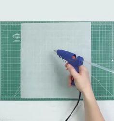 Pon cola caliente sobre papel de hornear y déjalo secar. ¿El siguiente paso?…
