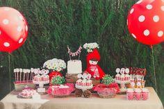 mesa de dulces de fiesta infantil de caperucita roja.  candy table  little red riding hood party