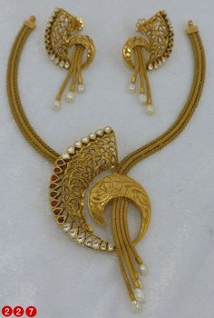 Nakoda Jewels - Dealers and Manufacturers of Artistic Gold Jewellery, Antique Gold Jewellery, Calcutta Jewellery in Mumbai, India. Gold Rings Jewelry, Gold Jewellery Design, Antique Jewelry, Body Jewellery, Resin Jewellery, Quartz Jewelry, Antique Necklace, Gold Necklaces, Jewelry Stand