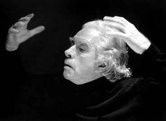 L'inizio... il fine... il tutto! « … io so e non so perché lo faccio il teatro ma so che devo farlo, che devo e voglio farlo facendo entrare nel teatro tutto me stesso, uomo politico e no, civile e no, ideologo, poeta, musicista, attore, pagliaccio, amante, critico, me insomma, con quello che sono e penso di essere e quello che penso e credo sia vita. Poco so, ma quel poco lo dico… » (Giorgio Strehler)