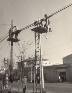 Trabajos de mantenimiento del tendido eléctrico en Madrid (1961)