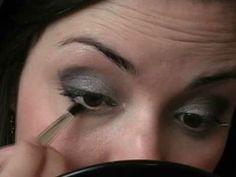 Maquiagem Usando Roxo claro, escuro, preto e glitter.