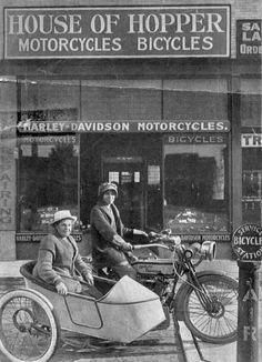 Avis e Effie Hotchkiss nel 1915 in sella ad una Harley-Davidson dotata di sidecar compiono un viaggio da New York, a San Francisco e ritorno entrando nel libro dei record.