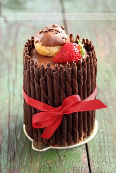 chocolate, strawberry mousse and eclairs cake Best Dessert Recipes, Fun Desserts, Delicious Desserts, Yummy Food, Funnel Cakes, Profiteroles, Cannoli, Churros, Chocolates