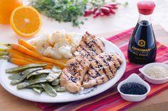 Sonia Peronaci, direttamente dalla cucina di #giallozafferano ci popone questo piatto  prelibato: pollo marinato in #salsa di #soia, paprika, succo e scorza d'arancia servito con verdure al vapore.  Per renderlo ancora più gustoso, possiamo servirlo con una riduzione alla #soia ottenuta con del goloso miele millefiori: una vera delizia per il palato!  #recipe #soniaperonaci #kikkoman