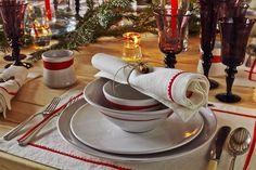 Detalle Mesa de Navidad; Vajilla Manaco Red, Mantel e individuales Agropoli, Cristalería Roma Amethyst.