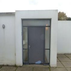 Une porte d'extérieure en acier et verre armé permet un accès direct à la toiture terrasse. Partout, les matériaux et les coloris utilisés par Le Corbusier sont sobres.