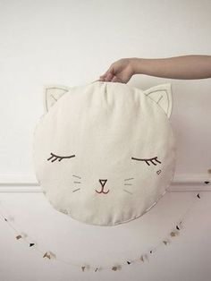 Pussy cat pouf by Boramiri - inspires me to make a fox version as a pillow for my bed (Diy Pillows For Kids) Sewing Pillows, Diy Pillows, Softies, Sewing For Kids, Diy For Kids, Cat Crafts, Diy And Crafts, Diy Deco Rangement, Sewing Projects