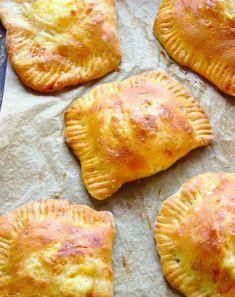 Drożdżowe kieszonki z serem i szynką   Słodkie Gotowanie Happy Foods, Ciabatta, Dumplings, Bon Appetit, Food And Drink, Cooking Recipes, Tasty, Lunch, Dishes