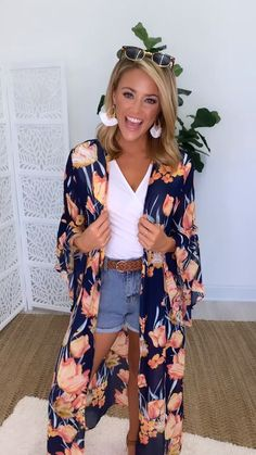 This gorgeous floral kimono is the perfect accessory for breezy summer afternoons! Source by shopthepinklily 2019 moda elegantes 60 Fashion, Kimono Fashion, Fashion Outfits, Tokyo Fashion, Look Kimono, Kimono Outfit, Floral Duster, Floral Kimono, Kimono Duster