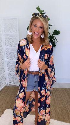This gorgeous floral kimono is the perfect accessory for breezy summer afternoons! Source by shopthepinklily 2019 moda elegantes Look Kimono, Kimono Outfit, Kimono Fashion, Tokyo Fashion, Kimono Cardigan, Floral Duster, Floral Kimono, Kimono Duster, Crop Top Outfits