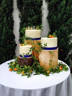 Country Wedding Cakes Love this with darker wood posts. Like using the small oranges as accents with orange FLAVORED cake! Love the wood grain style icing. Wedding Cake Display, Wedding Cake Stands, Country Wedding Cakes, Wedding Cake Rustic, Cake Wedding, Funny Wedding Cake Toppers, Wedding Cake Fresh Flowers, Cake Banner, Wedding Brooch Bouquets