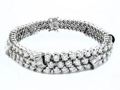 Länge: ca. 18 cm. Gewicht: ca. 37,8 g. WG 750. Hochwertiges, elegantes Armband im Verlauf mit hochfeinen Brillanten und Diamanten im Baguetteschliff, zus. ca....