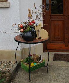 Velikonoční stolek u domku