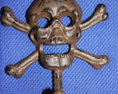 Check out 13% OFF 1) Skull and cross bone coat hook, skull and crossbone coat hook, skull home decor, skull wall decor, cast iron,free shipping, H-66 on wepeddlemetal