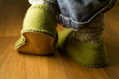 Cosy slippers from your old woolly jumper - Transformer un pull en chaussons Wooly Jumper, Old Sweater, Cashmere Jumper, How To Make Slippers, Alter Pullover, Felted Wool Slippers, Recycled Sweaters, Wool Sweaters, Womens Slippers