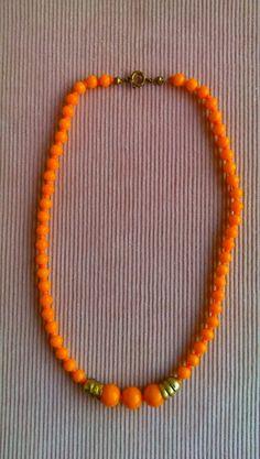 Oranje stenen ketting uit de sixties