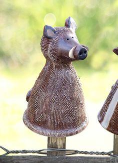 Der Pfostenhocker Keiler wird für Keimzeit exklusiv von unserer Künstlerin mit viel Liebe zum Detail von Hand getöpfert.