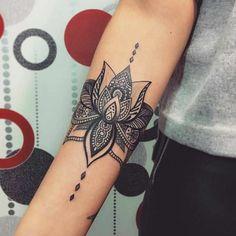 Tatouage De Femme Tatouage Fleur De Lotus Noir Et Gris Sur Bras