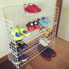 #子供用靴箱#ワイヤーネット 靴箱小さすぎて子供靴散乱(°_°) ワイヤーネット楽チン