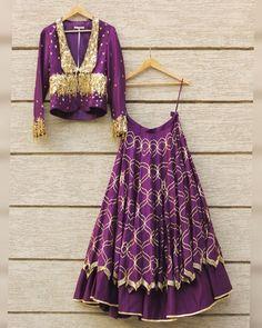 Sophisticated and versatile, Varnika Arora is on the top of our wish list. #varnikaarora #purplelehenga #goldnadpurple #lehenga #perniaspopupshop