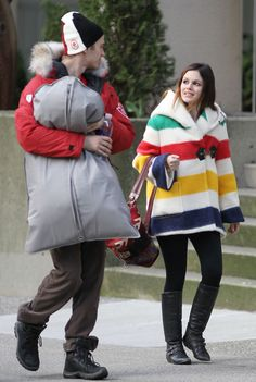 Rachel Bilson Hayden Christensen Photos - Hayden Christensen and Rachel Bilson stand out in bright colors as they pick up some items from the Official HBC Olympic Store in downtown Vancouver. - Hayden Christensen and Rachel Bilson in Downtown Vancouver Pendleton Coat, Hudson Bay Blanket, Hayden Christensen, Rachel Bilson, Swing Coats, Victoria Dress, Tokyo Fashion, Casual Chic Style, Autumn Winter Fashion