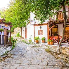De nog onontdekte Griekse parel eiland Thassos. #griekenland #thassos #eiland #greece #island #vakantie #travel #vakantiegriekenland #travelgreece #eilandvakantie #vakantieland #eilandhoppen #parel #onontdekt #vakantieplek #vakantietip #thassosisland #visitgreece #chalkidiki #greece #chania #greece_all #ionianislands #lefkada #topgreecephoto #greeksummer #athensgram #vakantiemetkinderen #eilandhoppen Chania Greece, Greece Travel, Athens, Greek, Camping, Island, House Styles, Instagram Posts, Summer