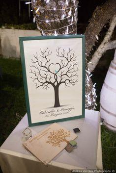 Guestbook come albero delle impronte #matrimonio #nozze #sposi #sposa #decorazioninozze #rustichic #bohochic #wedding #weddingideas #ricevimento #allestimentinuziuali #decorazionimatrimonio #guestbook #alberodelleimpronte #weddingdecoration