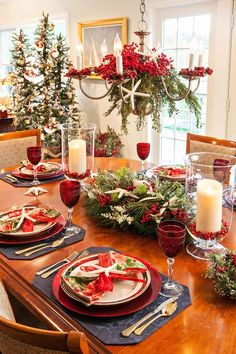 50 Awesome And Elegant Christmas Table Centerpiece Decoration Ideas You Must Know - Chic Hostess Christmas Decorations Dinner Table, Christmas Dining Table, Christmas Table Settings, Farmhouse Christmas Decor, Christmas Tablescapes, Centerpiece Decorations, Christmas Centerpieces, Decoration Table, Holiday Decor