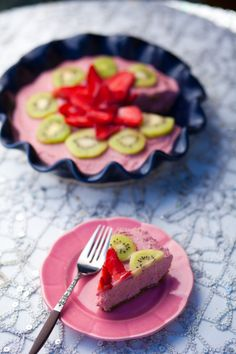 raw vegan strawberry cheesecake - just change the rolled oats to almond meal or coconut flour :)