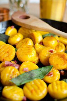 Rezept für herbstliche Kürbis Gnocchi mit Salbeibutter und Speck