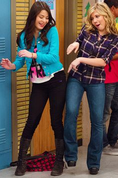 Carly and Sam Miranda Cosgrove Icarly, Jenette Mccurdy, Icarly And Victorious, Disney Channel Descendants, Nickelodeon Shows, Sam And Cat, Netflix, Old Shows, Trendy Outfits