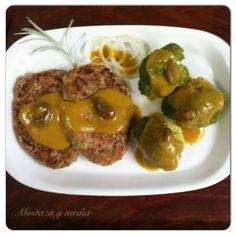 Mostaza y media: Lentejas y arroz en formato de hamburguesa con brócoli y salsa de curry