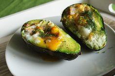 Awokado – źródło luteiny, która ochroni nasze oczy, folianów, które zamienią się w potrzebny kwas foliowy, witaminy E eliminującej wolne rodniki, przeciwutleniaczy oraz potrzebnych i bardzo istotnych w diecie jednonienasyconych kwasów tłuszczowych. Nic, tylko jeść! ... Avocado Egg, Zucchini, Healthy Eating, Healthy Food, Paleo, Food And Drink, Eggs, Healthy Recipes, Vegetables
