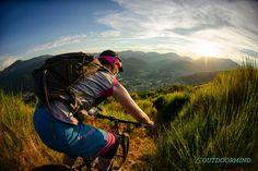 roxy-biken-der-sonne-entgegen-sonnenuntergang-vogesen-trails-outdoormind