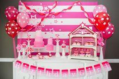 gâteaux à froufrous roses, ballons roses à pois blancs et motif étoiles - déco originale d'anniversaire fillette