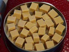 Dans un bol ajouter la cassonade, le beurre et le Eagle Brand. Cuire au four mico-onde, 10 minutes total en deux étapes. Après le premier 5 minutes de cuisson, sortir le bol du micro-onde et brasser avec une cuillère de bois. Remettre au four micro-onde pour le dernier 5 minutes. Sortir du four, brasser 15 secondes et laisser reposer 10 minutes sans y toucher. Après le 10 minutes de repos, ajouter le sucre en poudre et brasser avec une mixette. Tapisser le fond d'un moule de 7X11 huiler… Christmas Treats, Christmas Baking, Eagle Brand Recipes, Xmas Desserts, Biscuit Cookies, Baking Recipes, Buffet, Caramel, Sweet Treats