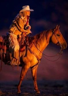 Gorgeous cowgirl and horse @ sunset Cow Girl, Horse Girl, Horse Love, Cowgirl And Horse, Cowboy Art, Horse Riding, Western Riding, Western Art, Westerns