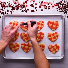 Feel the beat of my heart, with these cookie hearts! Feel the beat of my heart, with these cookie hearts! Köstliche Desserts, Delicious Desserts, Dessert Recipes, Yummy Food, Cake Decorating Videos, Cookie Decorating, Easy Cookie Recipes, Baking Recipes, Cake Cookies
