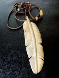 Hand carved bone feather necklace by Gray Buffalo! Antler Jewelry, Bone Jewelry, Wooden Jewelry, Antler Crafts, Antler Art, Aztecas Art, Dremel Carving, Bone Crafts, Arte Tribal