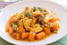 Curry de Poulet aux Carottes WW – Plat et Recette – WW WW Carrot Chicken Curry, recipe for a delicious well flavored chicken dish, easy and perfect to make for a light evening meal. Keto Crockpot Recipes, Curry Recipes, Meat Recipes, Healthy Dinner Recipes, Chicken Recipes, Healthy Chicken, Cooking Recipes, Plats Weight Watchers, Weight Watchers Meals