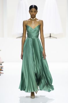 Christian Dior at Couture Fall 2018 - - Christian Dior at Couture Fall 2018 – The Must-See Runway Dresses From Paris Couture Week, Fall 2018 – Photos Source by vgiola Christian Dior Couture, Dior Haute Couture, Couture Week, Christian Dior Dress, Style Couture, Juicy Couture, Pretty Dresses, Beautiful Dresses, Fall Dresses