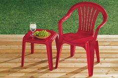 Don't like the standard color of your plastic lawn furniture (hunter green, anyone?) Krylon now makes a spray paint called Fusion that is made specifically to adhere to plastic Spray Paint Plastic, Painting Plastic, Painting Countertops, Painting Cabinets, Interior Paint Colors, Room Interior, Interior Painting, Paint Colours, Luxury Interior