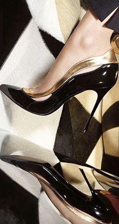 Magnifique escarpin verni noir et or