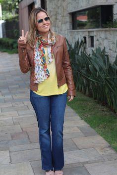 Street style look do dia pérolas da chris castro casual jeans seven camiseta casaco de couro marrom 10
