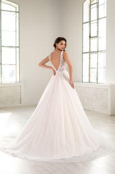 O rochie de mireasa comoda si confortabila insa careia nu ii lipseste delicatetea si senzualitatea, fiind o rochie cu decolteu adanc, si nici latura moderna, datorita aplicatiilor de broderie 3D cu floricele si paiete cusute manual . Este o rochie cu trena ce va captiva atentia si privirile tuturor. O poti comanda pe blush sau alb natural . Wedding Dresses, Fashion, Bridal Dresses, Moda, Bridal Gowns, Wedding Dressses, Weeding Dresses, Wedding Dress, Fasion