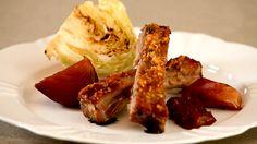 Costelinha de porco com geléia de laranja, crosta de castanhas, maçãs e repolho grelhado.
