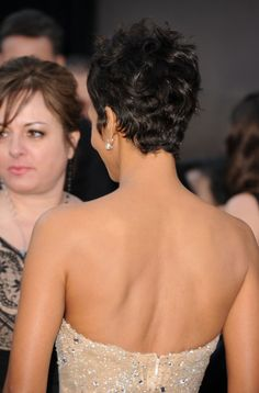 Halle Berry- Back view of pixie Halle Berry Haircut, Halle Berry Short Hair, Halle Berry Hairstyles, Classic Hairstyles, Crown Hairstyles, Pixie Hairstyles, Pixie Haircut, Short Curly Hair, Short Hair Cuts
